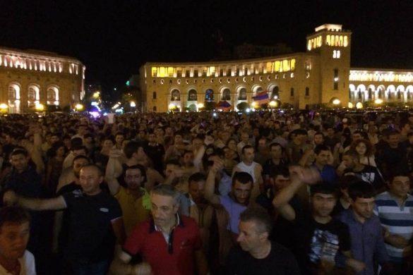 Հայաստանի Մէջ Կը Տիրէ  Ժողովրդային Ապստամբութեան Մթնոլորտ