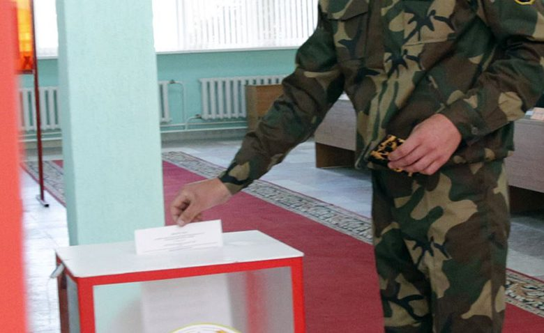 epa05526960 A Belarusian soldier casts his ballot at a polling station during early parliamentary voting in Minsk, Belarus, 06 September 2016. The parliamentary elections in Belarus is held on 11 September 2016.  EPA/TATYANA ZENKOVICH