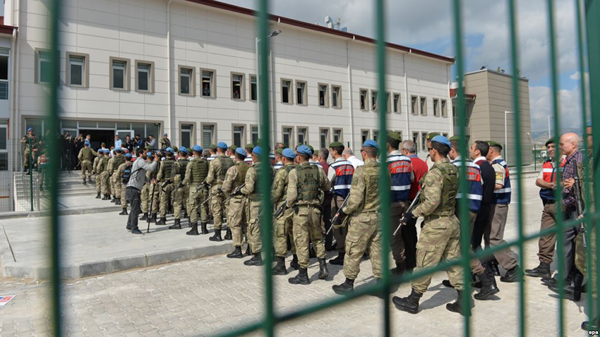 epa05980952 Arrested soldiers who paticipated in an attempted coup d'etat on 15 July 2016 in Turkey, are accompanied by Turkish soldiers as they arrive at the court inside of the Sincan Prison before trial in Ankara, Turkey, 22 May 2017. Three hundred-thirty coup-plotting soldiers go on trial on 22 May for the attempted coup.  EPA/STR