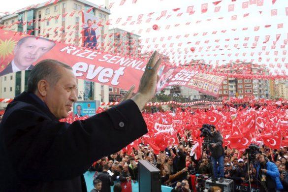 ARCHIV- Der türkische Präsident Recep Tayyip Erdogan steht am 03.04.2017 in Rize (Türkei) vor seinen Anhängern. Er wirbt für das Referendum, das am 16. April stattfindet. Das Präsidialsystem würde dem türkischen Präsidenten deutlich mehr Macht verleihen.  (zu dpa Themenpaket vom 07.04.2017 zum Türkei-Referendum am 16.04.) Foto: Kayhan Ozer/Pool Presidential Press Service/AP/dpa +++(c) dpa - Bildfunk+++