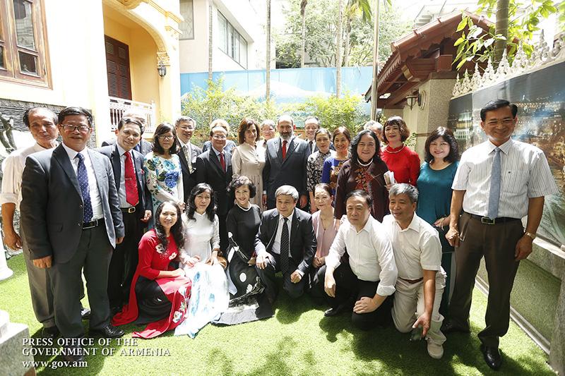 pashinyan-vietnam-students-yerevan-u-1