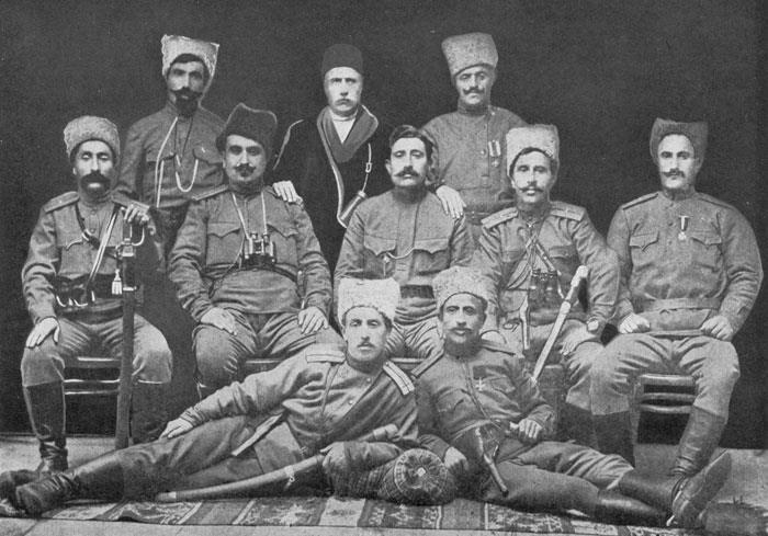 Պանդուխտ (նստած կեդրոնը) իր զինակից ընկերներով