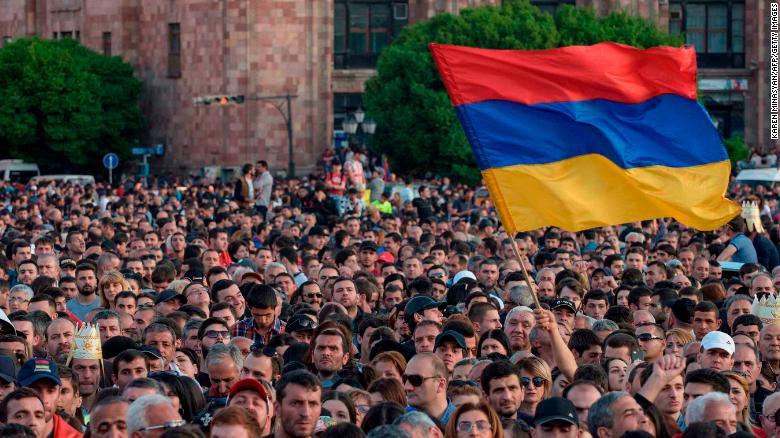 TOPSHOT - Armenian opposition supporters demonstrate in downtown Yerevan on April 25, 2018. (Photo by KAREN MINASYAN / AFP)        (Photo credit should read KAREN MINASYAN/AFP/Getty Images)