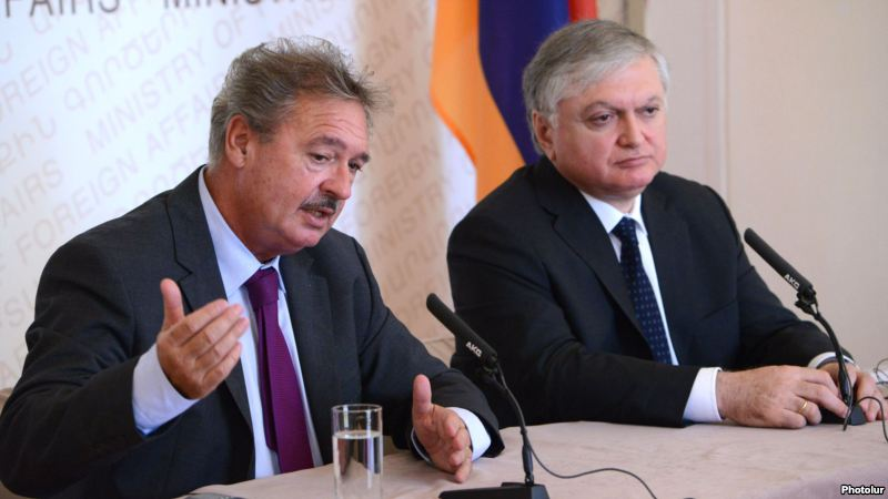 Foreign Minister Edward Nalbandian (R) his Luxembourg counterpart Jean Asselborn at a joint news conference in Yerevan