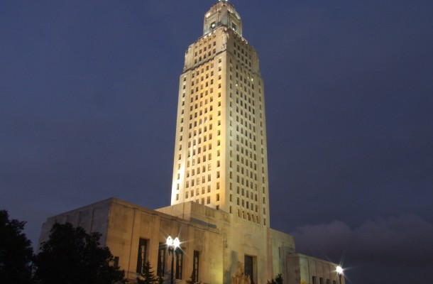 Louisiana_State_Capitol_at_night