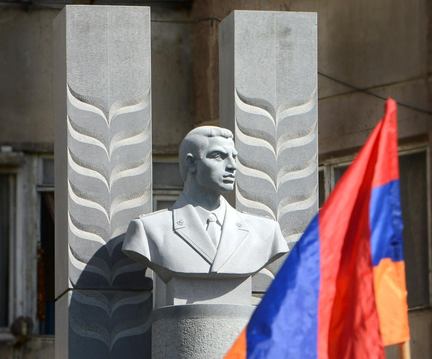 Gurgen-Margaryan-monument-5