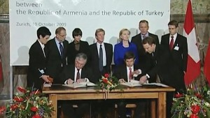 Nalbandian and Davutoglu signing the protocols in Zurich