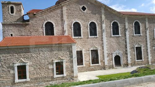 Eskisehir'e bagli Sivrihisar ilcesinde bulunan eski Ermeni kilisesini ziyarete gidenler, Turkiye'nin dort bir yaninda meshur olmus kisilerin heykelleriyle karsilasiyor.